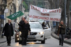 """Les taxis en grève manifestent contre la concurrence """"déloyale"""" d'uber"""