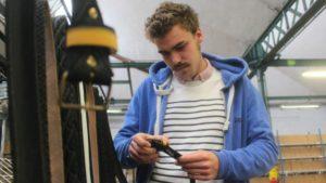 Hubert Motte dans son atelier de fabrication de ceintures